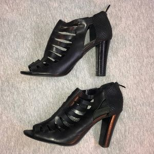TAHARI Black Leather Heels 👠
